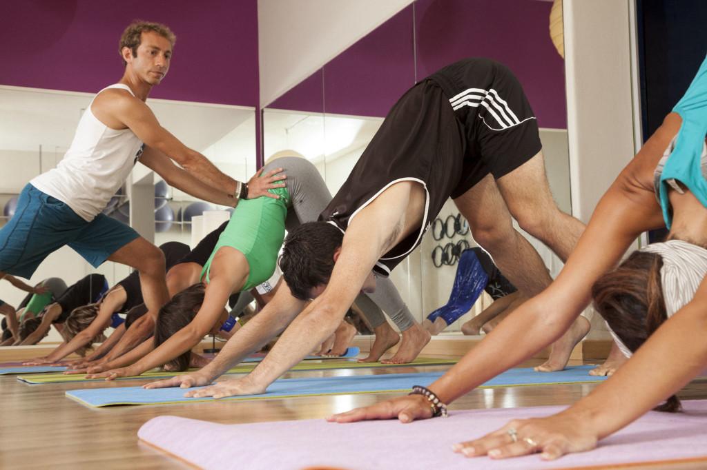 Lezione di yoga nello studio Pilates