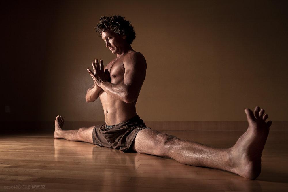 Lo yoga per uomini è ormai di tendenza